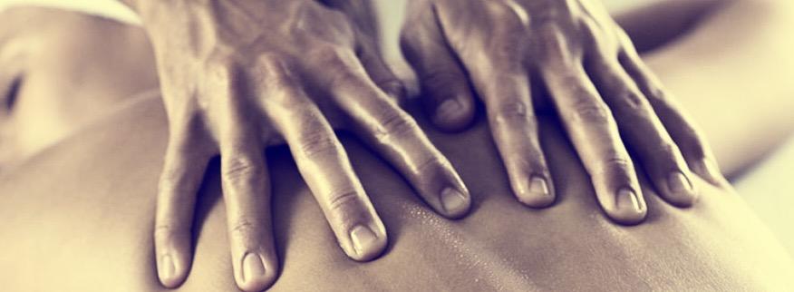 Massage twee handen over rug met olie.