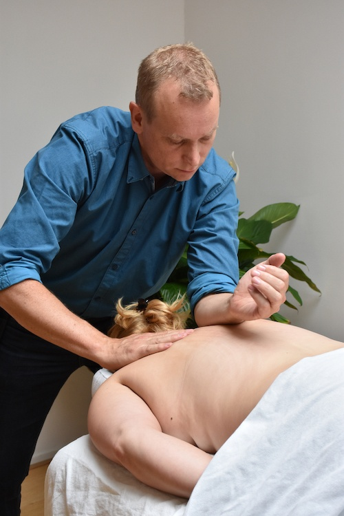 Masseur Jaco die bezig is met een massage. Massage voor U